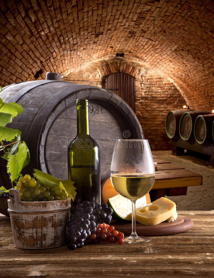 Bouteille et verres de vin sur la table en bois images stock