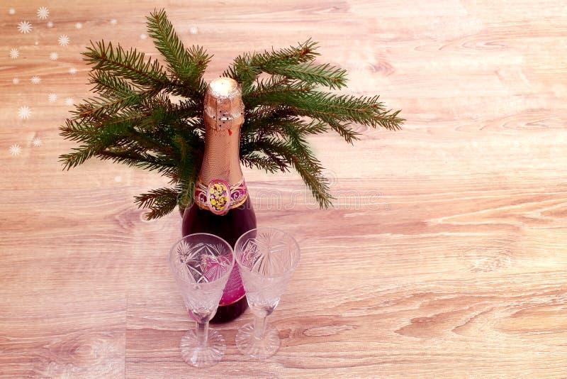 Bouteille fermée de champagne, deux verres cristal vides photos stock