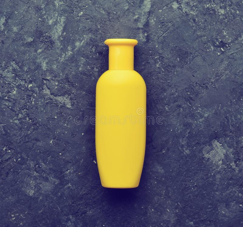 Bouteille jaune de shampooing-gel pour la douche de corps et de cheveux photographie stock libre de droits