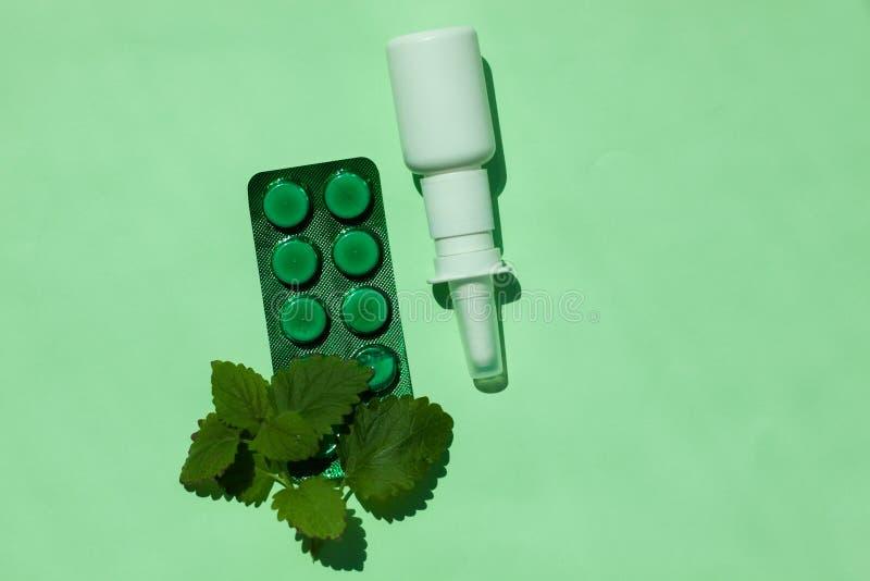 Bouteille médicale blanche de pulvérisation nasale, un remède contre des allergies et écoulement nasal, froids, les maladies vira photographie stock libre de droits