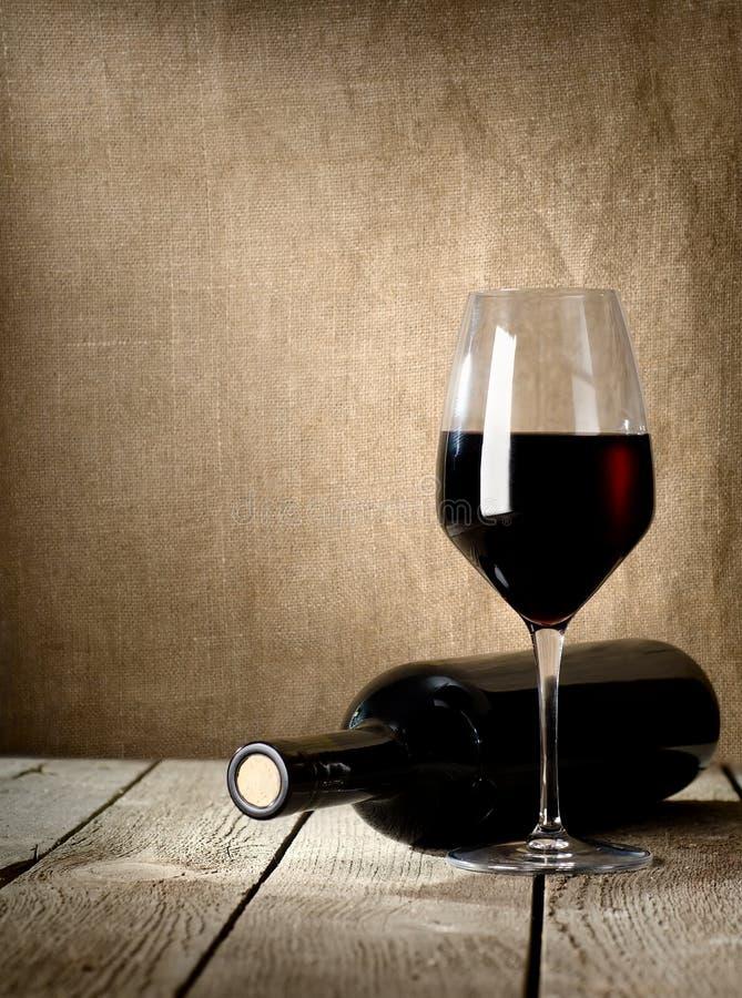 Bouteille noire de vin et de wneglass photos stock