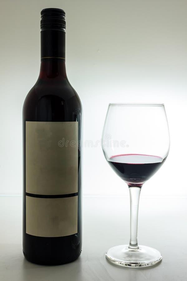 Bouteille noire de vin et de wneglass images libres de droits