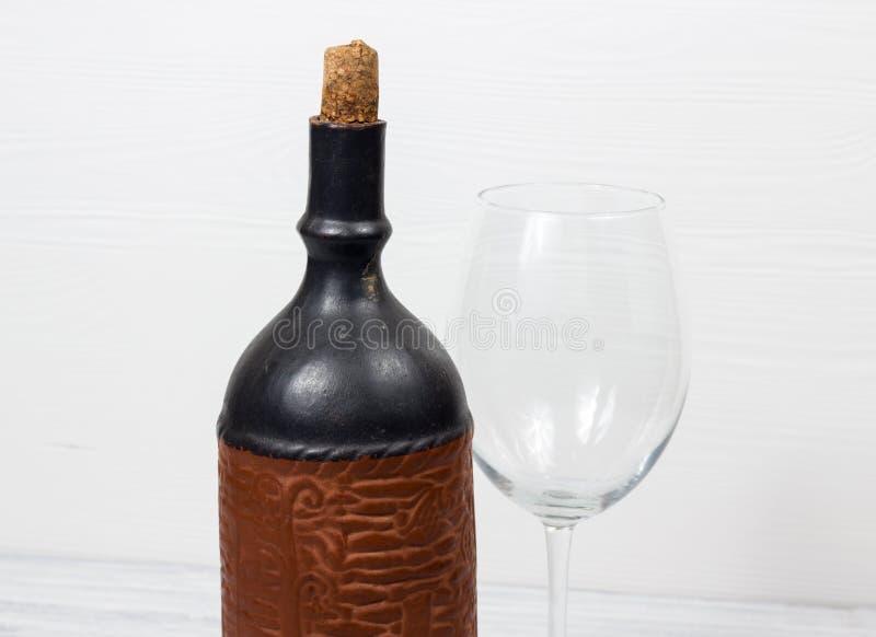 Bouteille noire de vin et de wneglass sur le fond en bois photo libre de droits
