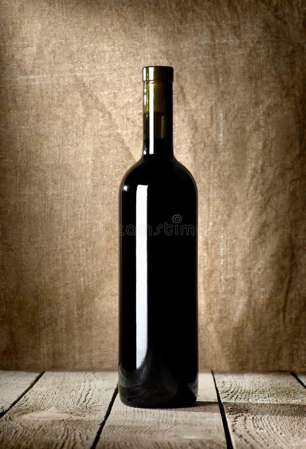 Bouteille noire de vin rouge image stock