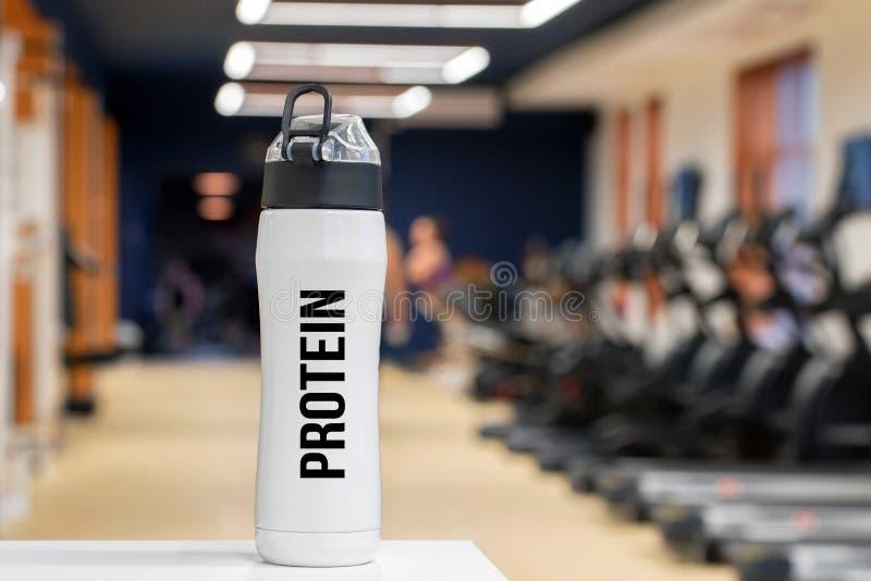 Bouteille ou tasse en plastique avec la fin de boissons de forme physique de protéine  image libre de droits