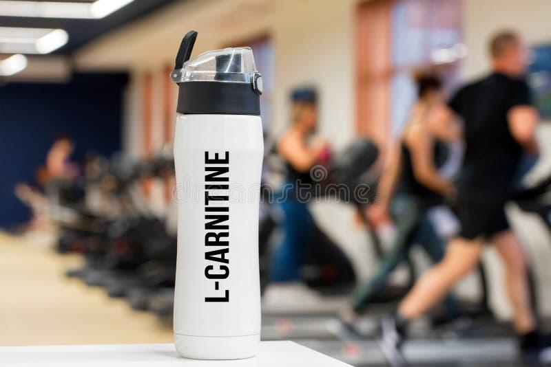 Bouteille ou tasse en plastique avec la fin de boissons de forme physique  images stock