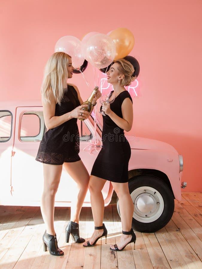 Bouteille ouverte de meilleurs amis de félicitation d'anniversaire image libre de droits