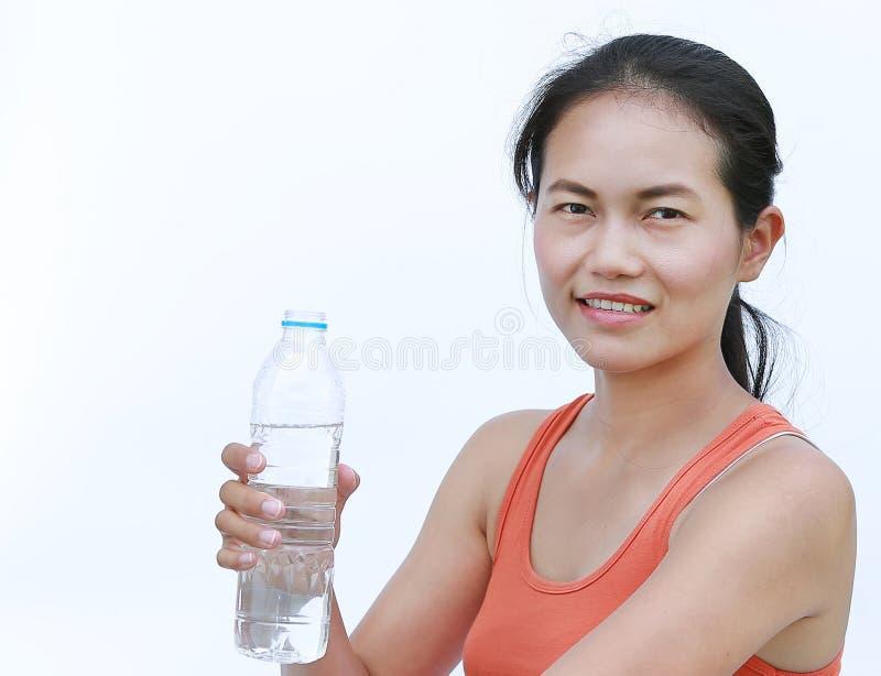 Bouteille potable de fille assoiffée de forme physique de l'eau photo stock