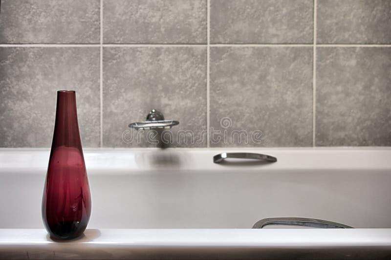 Bouteille rouge dans la salle de bains images stock