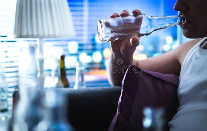 Bouteille sirotante alcoolique Concept d'alcoolisme et d'abus d'alcool photo stock