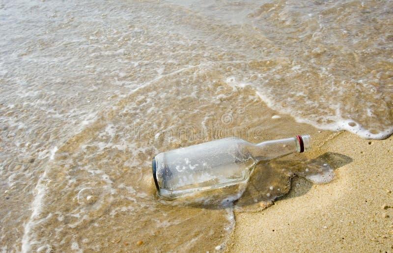 Bouteille sur la plage photographie stock libre de droits