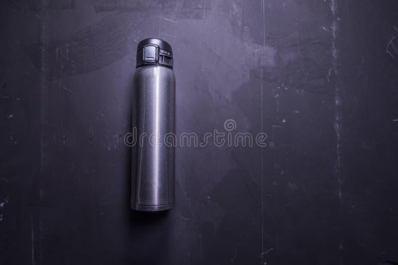 Bouteille thermique Thermos pour sauver la chaleur Bouteille brillante de fer photographie stock