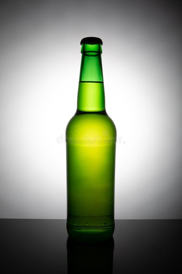Bouteille verte de bi?re d'isolement sur le fond blanc photo libre de droits