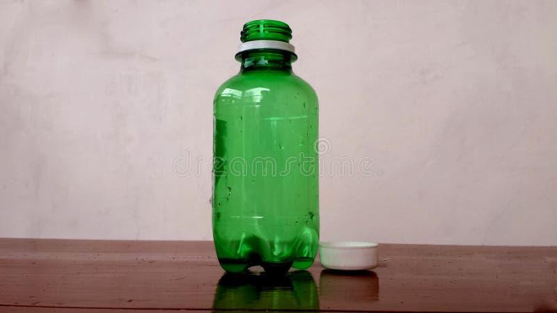 Bouteille vide verte d'une boisson non alcoolisée stannding image libre de droits