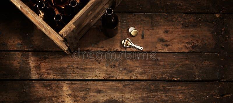 Bouteilles à bière dans une caisse dans un bar ou une taverne rustique photographie stock