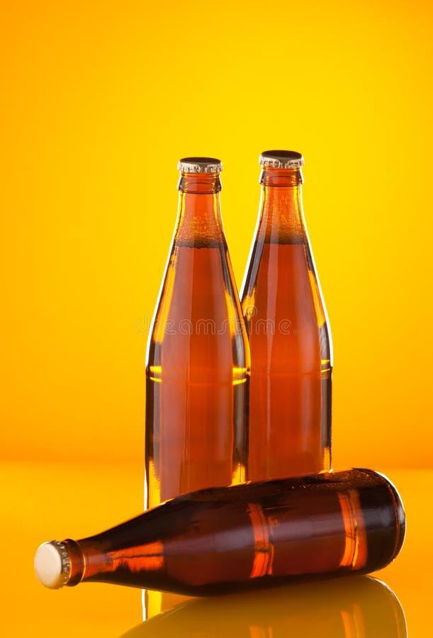 Bouteilles à bière de couples images stock