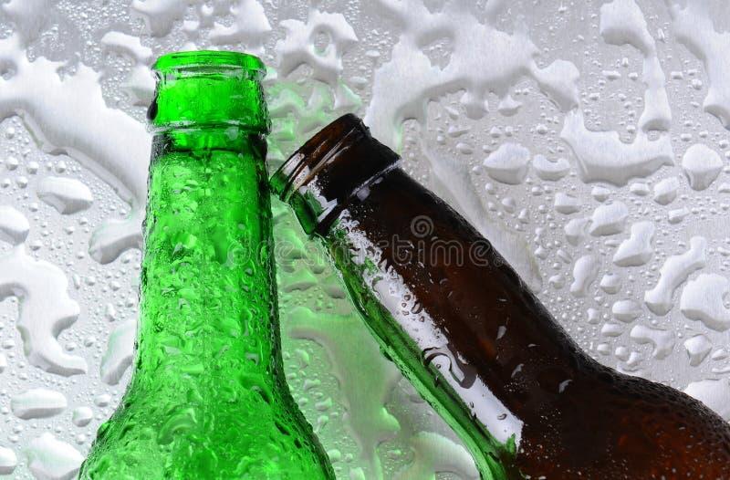 Bouteilles à bière sur la surface humide