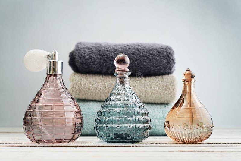 Bouteilles antiques de vintage avec le parfum photos stock