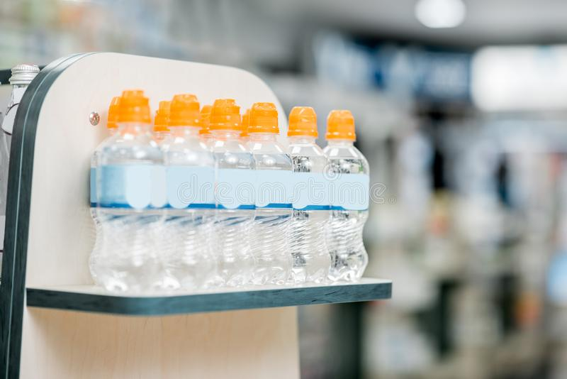 Bouteilles avec de l'eau dans le supermarché photos stock