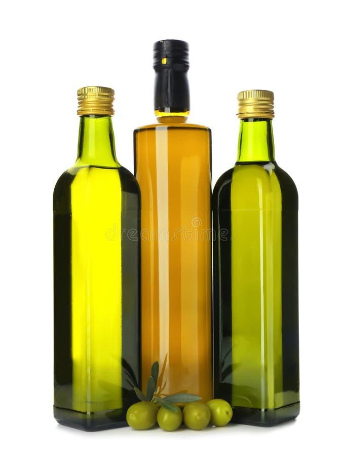 Bouteilles avec de l'huile et des olives sur le fond blanc image libre de droits