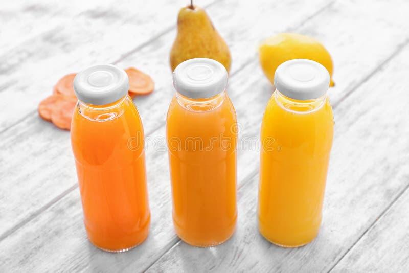 Bouteilles avec des jus de fruits et légumes image libre de droits