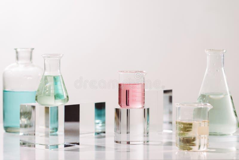Bouteilles avec diff?rentes huiles de parfum sur la table images libres de droits