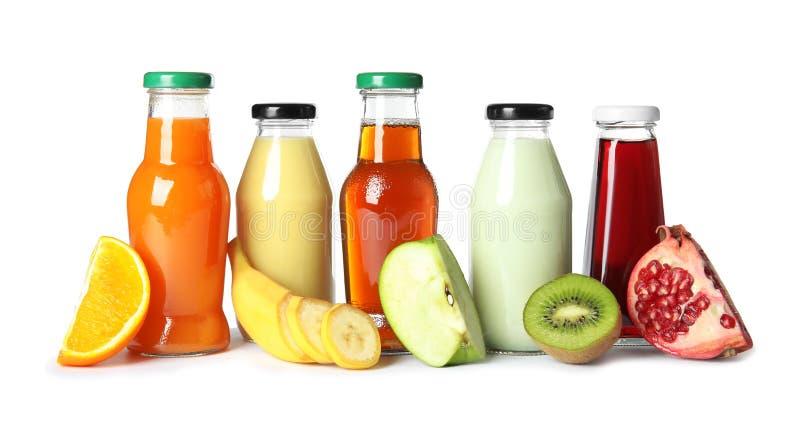 Bouteilles avec différents boissons et ingrédients photo libre de droits