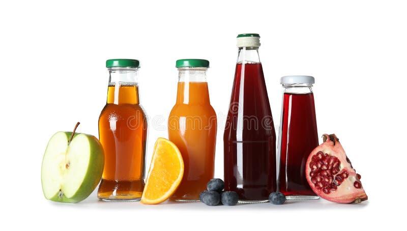 Bouteilles avec différents boissons et ingrédients photos libres de droits