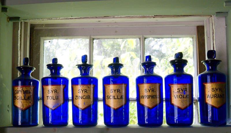 Bouteilles bleues antiques d'apothicaire image stock