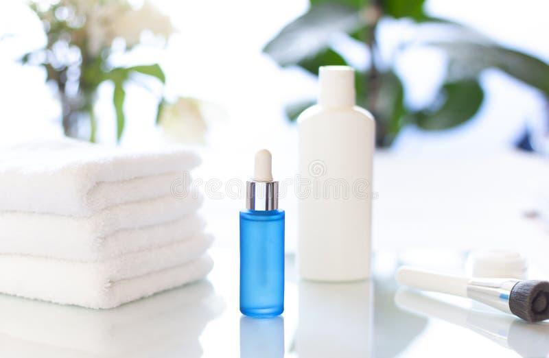 Bouteilles cosmétiques dans la fin de salle de bains  photos stock
