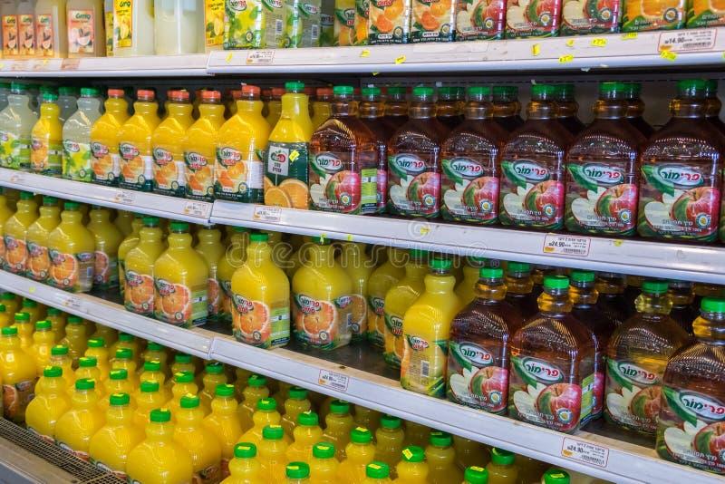Bouteilles d'Apple et de jus d'orange à vendre à la nourriture israélienne supermar images libres de droits