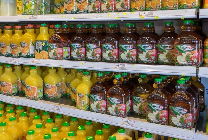 Bouteilles d'Apple et de jus d'orange à vendre à la nourriture israélienne supermar photos stock