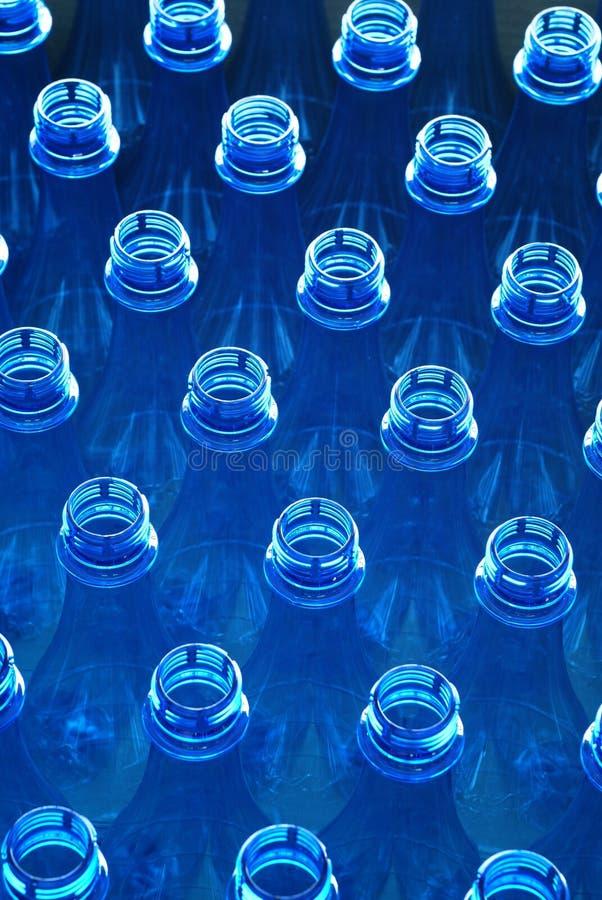 Bouteilles d'eau dans l'usine photographie stock