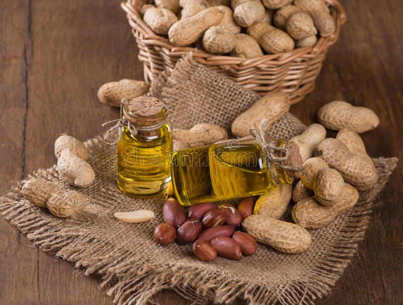 Bouteilles d'huile d'arachide avec des écrous photos libres de droits