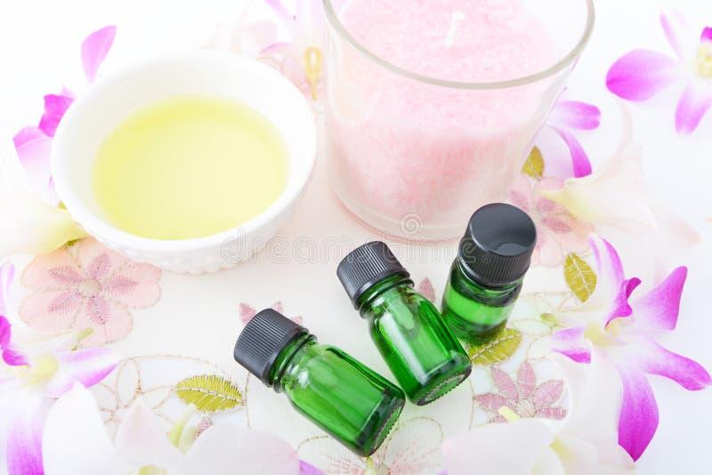 Bouteilles d'huiles essentielles photos stock