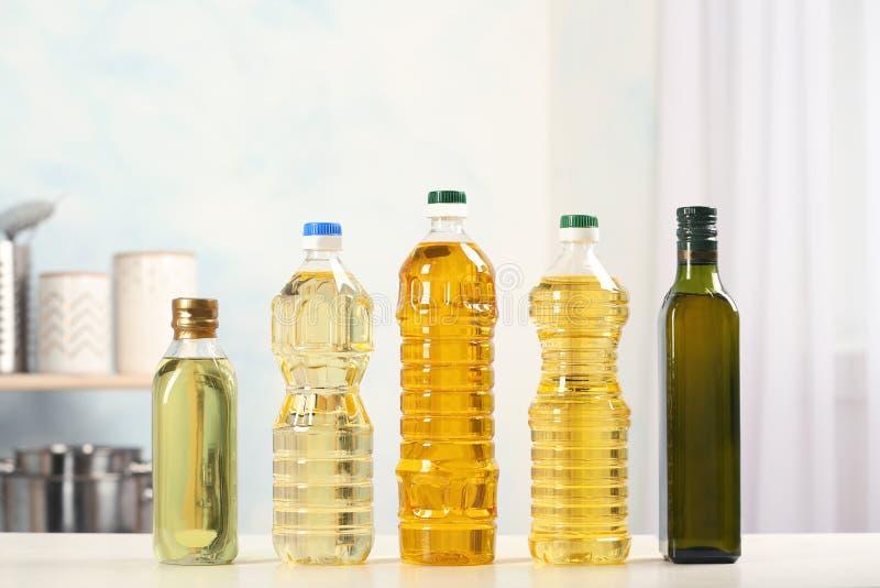 Bouteilles d'huiles sur la table image libre de droits
