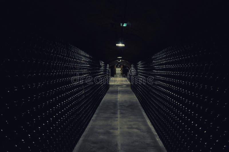 Bouteilles dans la cave d'un vieil établissement vinicole de champagne dans Epernay images libres de droits