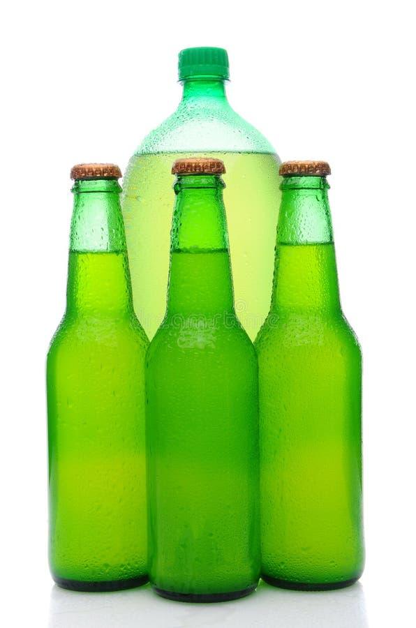 Bouteilles de bicarbonate de soude assorties de limette de citron photographie stock libre de droits