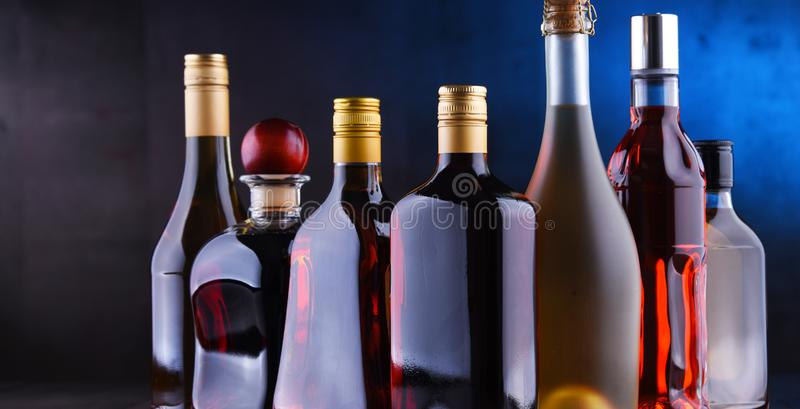 Bouteilles de boissons alcoolisées assorties image stock