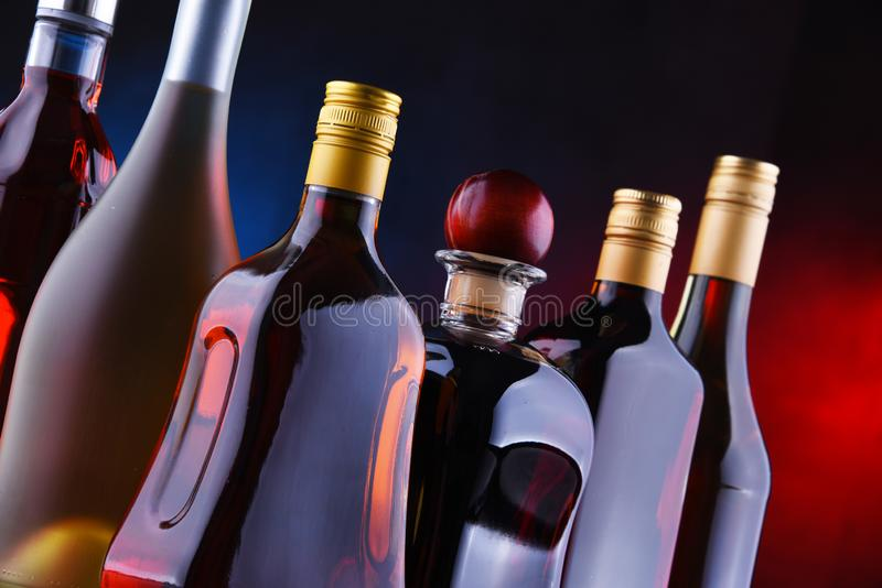 Bouteilles de boissons alcoolisées assorties images libres de droits