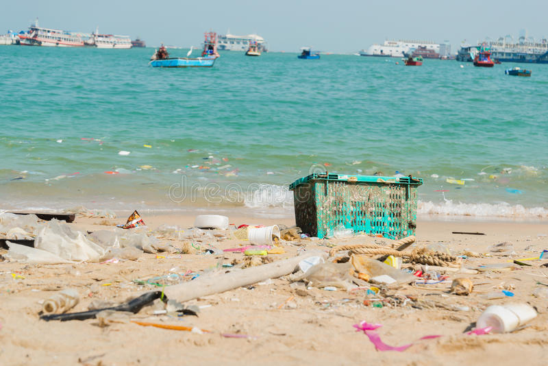 Bouteilles de déchets et de plastique sur la plage image stock