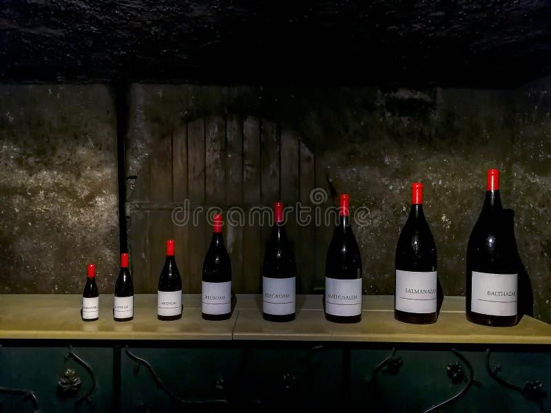 Bouteilles de différentes tailles dans une cave française images libres de droits