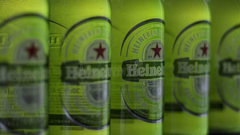 Bouteilles de Heineken dans une rangée image stock