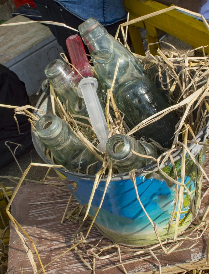 Bouteilles de kola dans le seau photos stock