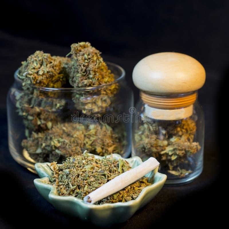 Bouteilles de marijuana images stock
