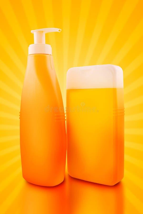 Bouteilles de pétrole ou de protection solaire de bain de soleil photo stock