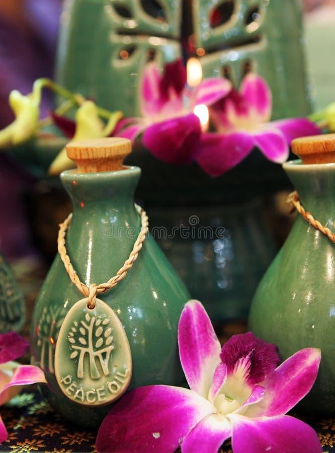 Bouteilles de pétroles et de fleurs de fines herbes de station thermale. photographie stock