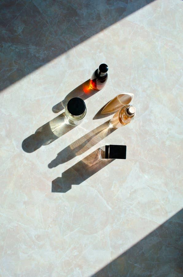 Bouteilles de parfum avec de longues ombres photos libres de droits