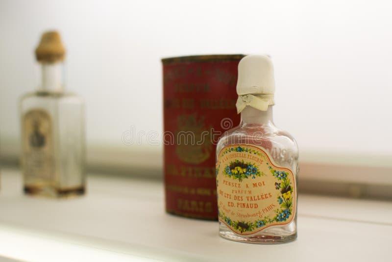 Bouteilles de parfum bleues en verre photo stock