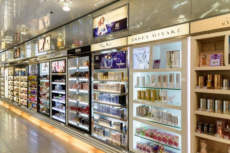 Bouteilles de parfum célèbres à vendre dans la boutique cosmétique image libre de droits